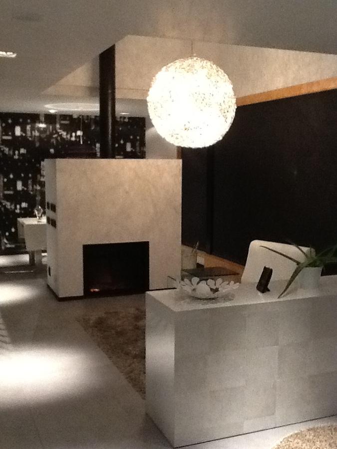 Interior con chimenea en salon