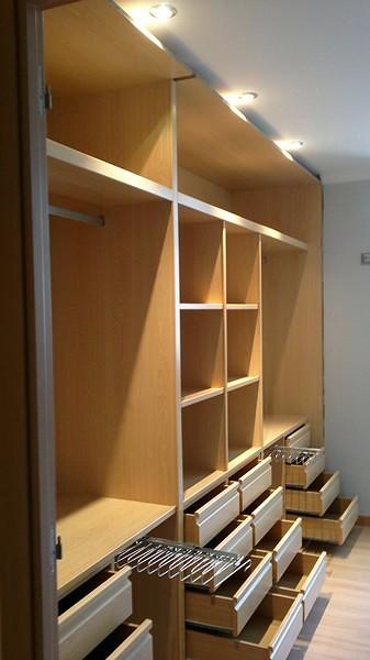 Foto interior de armario empotrado de puertas y armario a for Cajoneras para interior de armarios