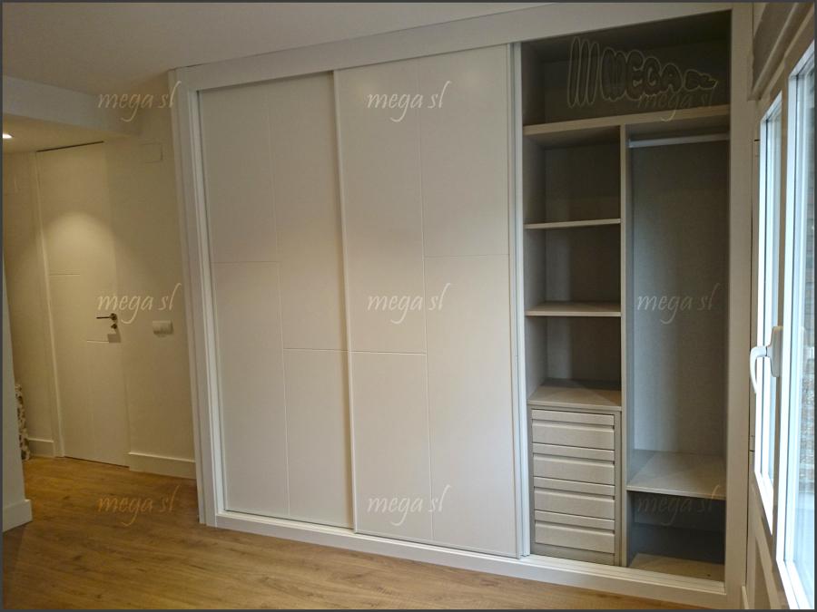 Frente de armario lacado en blanco fresado de puertas - Armario con baldas ...