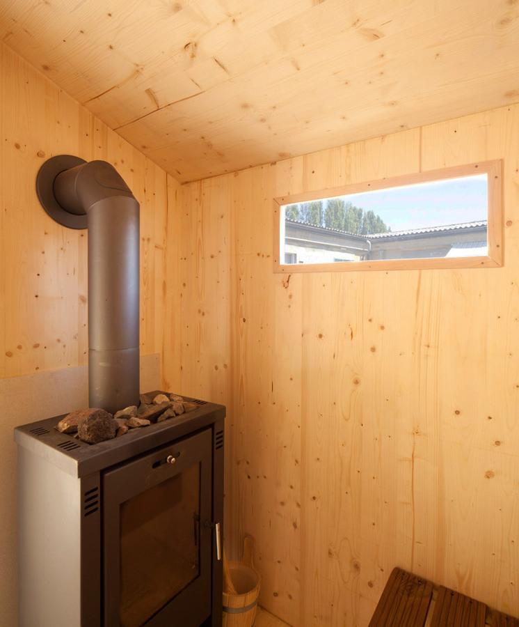 Interior-de-la-sauna-en-el-tejado