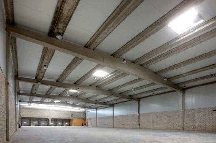 Interior naves con cerchas de 30 mtrs de luz en hormigón prefabricado..