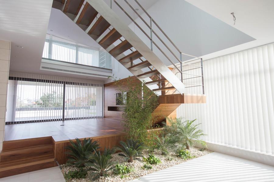 Interior salón con escalera volada