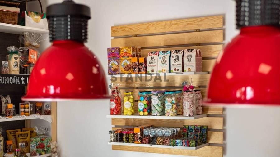 Interiorismo para local comercial - Estante de madera