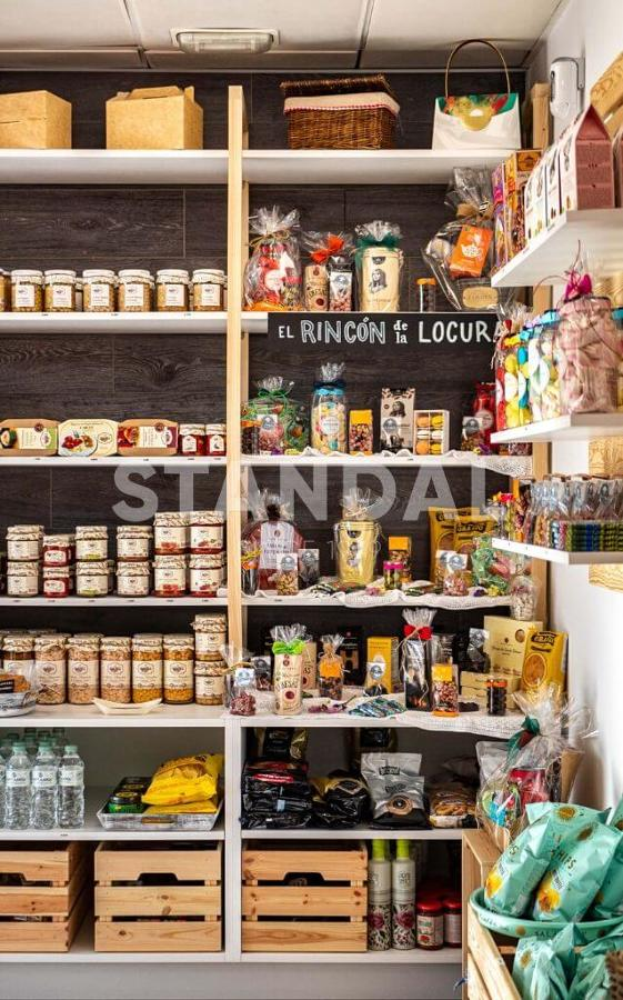 Interiorismo para local comercial - Estantes de madera