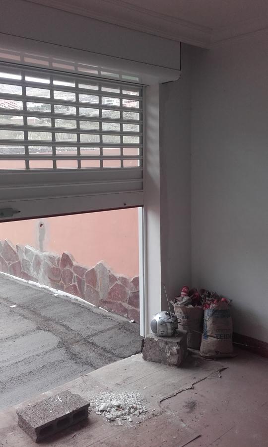 Intsalación y enyesado de puerta enrrollable salida a terraza