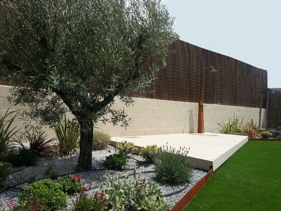 Jardín con césped artificial y parterre