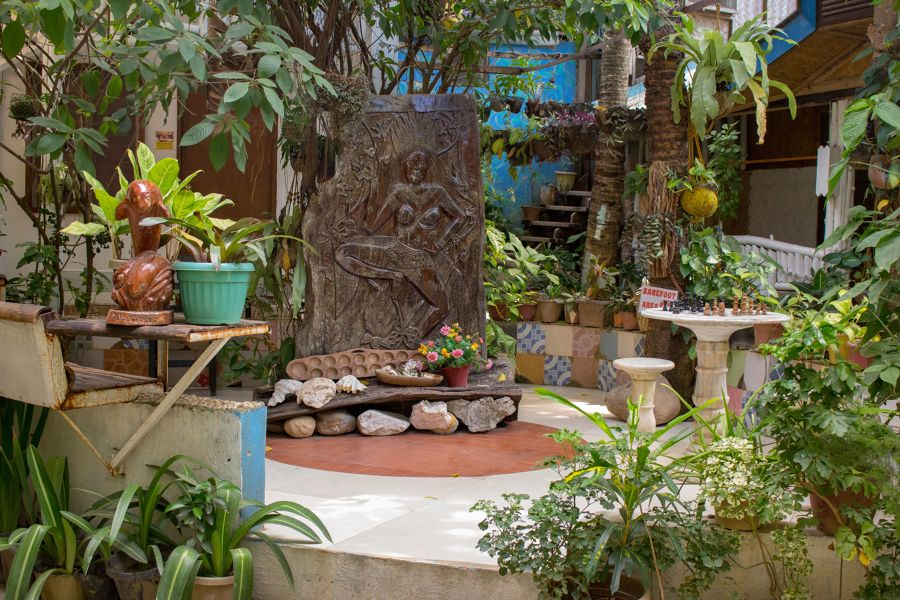 Jardín con estatua