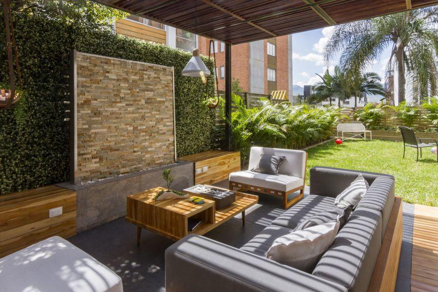 Jardín con muebles