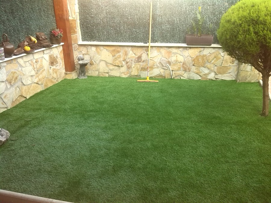 Jardin con cesped artificial ideas reformas viviendas - Cesped artificial jardin ...