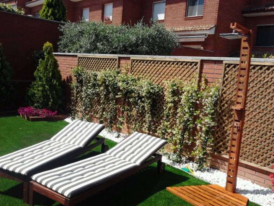 Jardín sostenible patio interior.