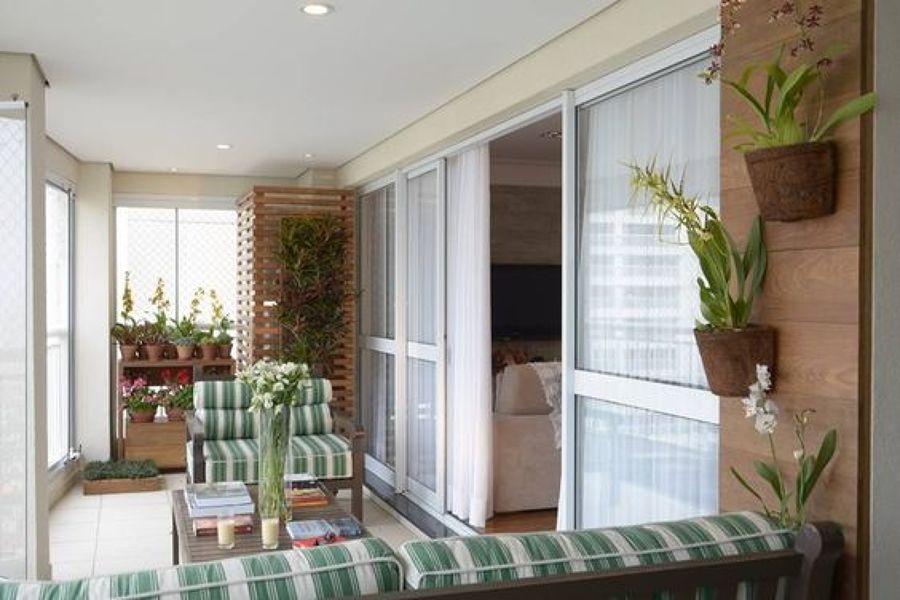 Foto jard n vertical en balc n con listones de madera de for Jardin vertical en balcon