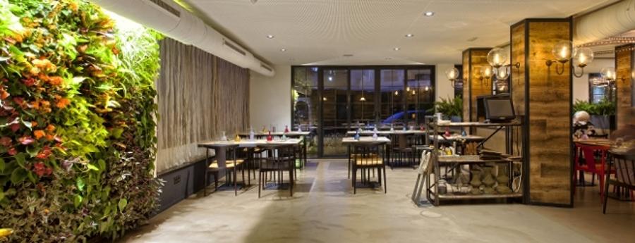Jardín vertical interior en Restaurante NOTO food & people, Marbella