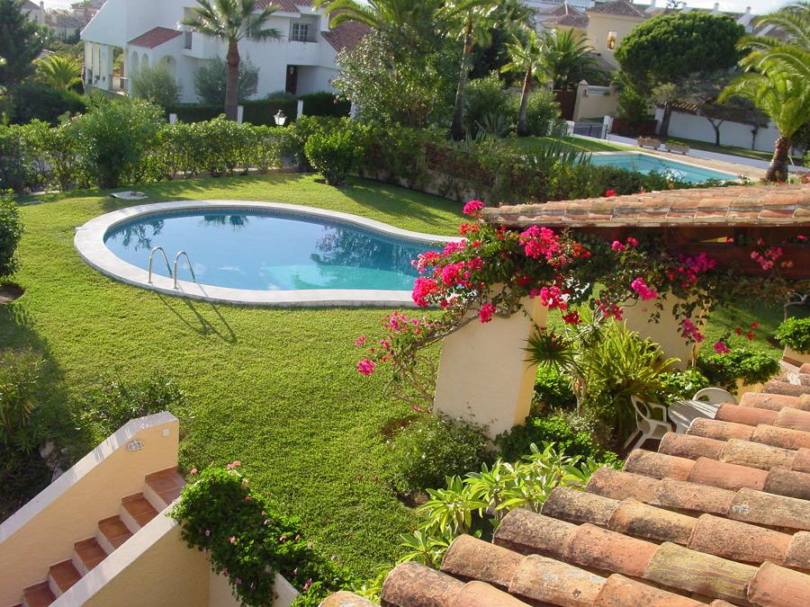 Jardín y Piscina en Las Chapas Playa
