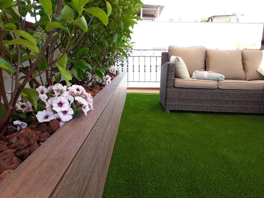 Foto jardinera con madera sint tica y c sped artificial - Jardineras de madera caseras ...