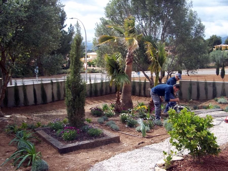 Foto jardineras con traviesas de tren de jardines jomi for Decoracion de piletas y jardines
