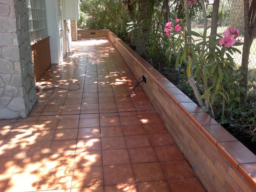 Pavimentaci n exterior vivienda unifamiliar aislada - Jardineras de obra exterior ...