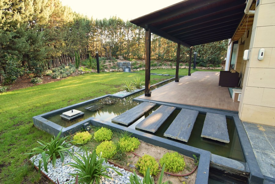Jardines exteriores. Río y estanques perimetrales