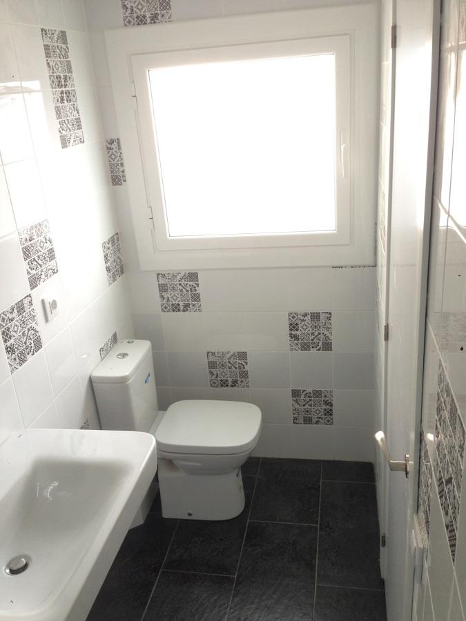 juego de baldosas imitación hidrahúlico en baño