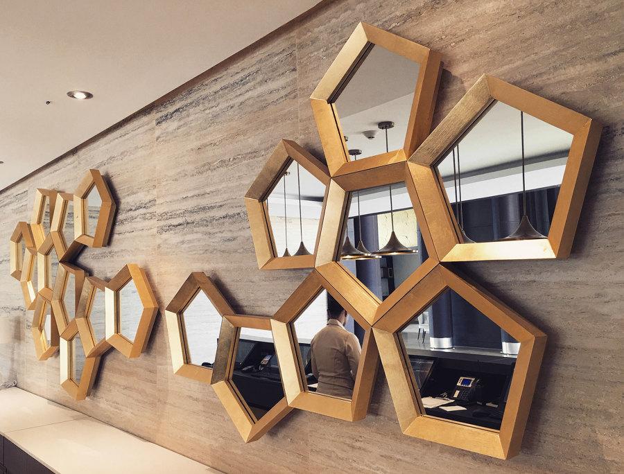 Juego de espejos decorativos con formas pentagonales
