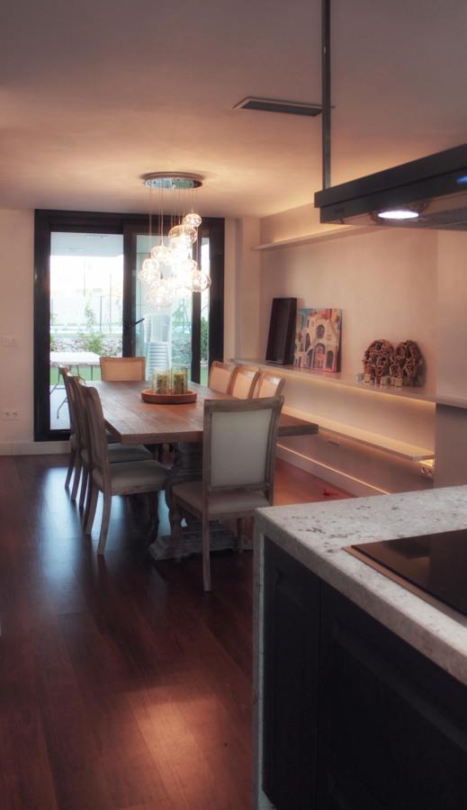La cocina de Ana por emmme studio: iluminación baldas