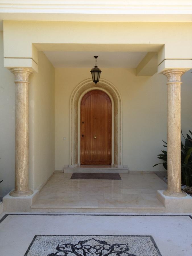 La entrada cuenta con varias columnas que preceden a la puerta principal