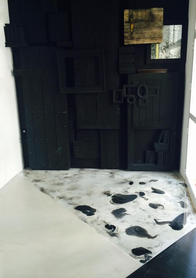 La entrada con el panel y la mezcla de suelo de cemento pulido con suelo de resina reflector