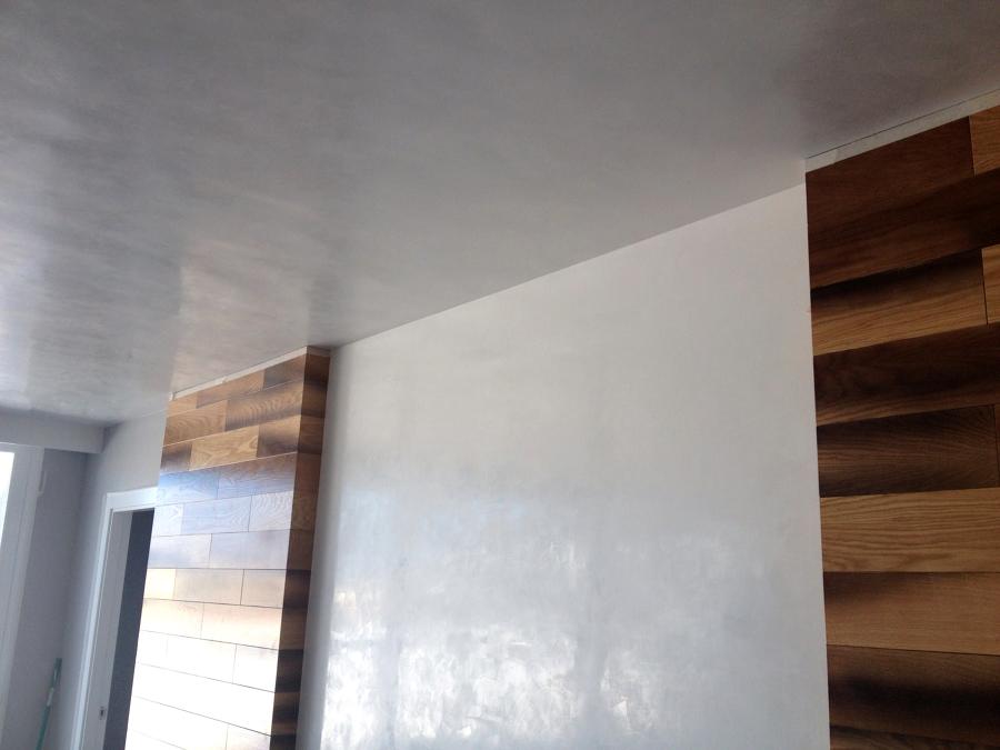 La luz refleja en las paredes gracias al efecto del estuco