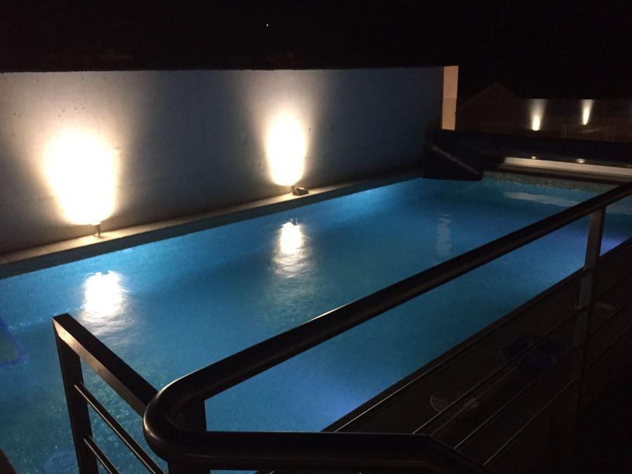La piscina de cubierta de noche