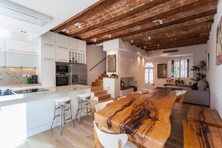 Foto la planta baja incluye sal n cocina y comedor con - Mesas rusticas de cocina ...