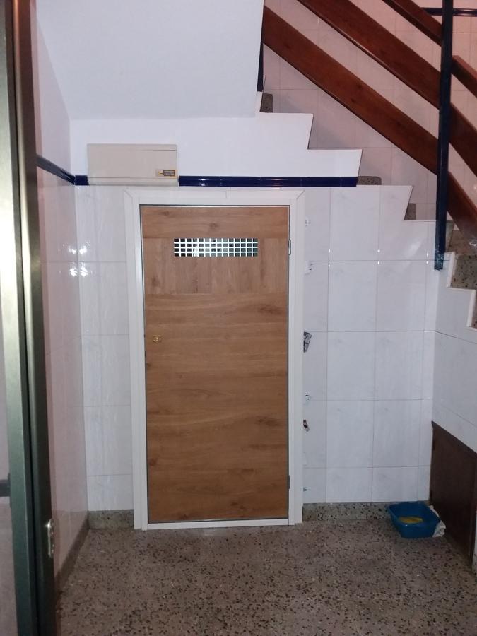 La puerta durante su instalación