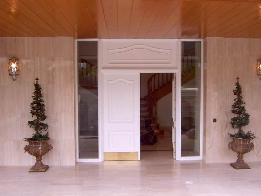 Lacado de puerta principal.