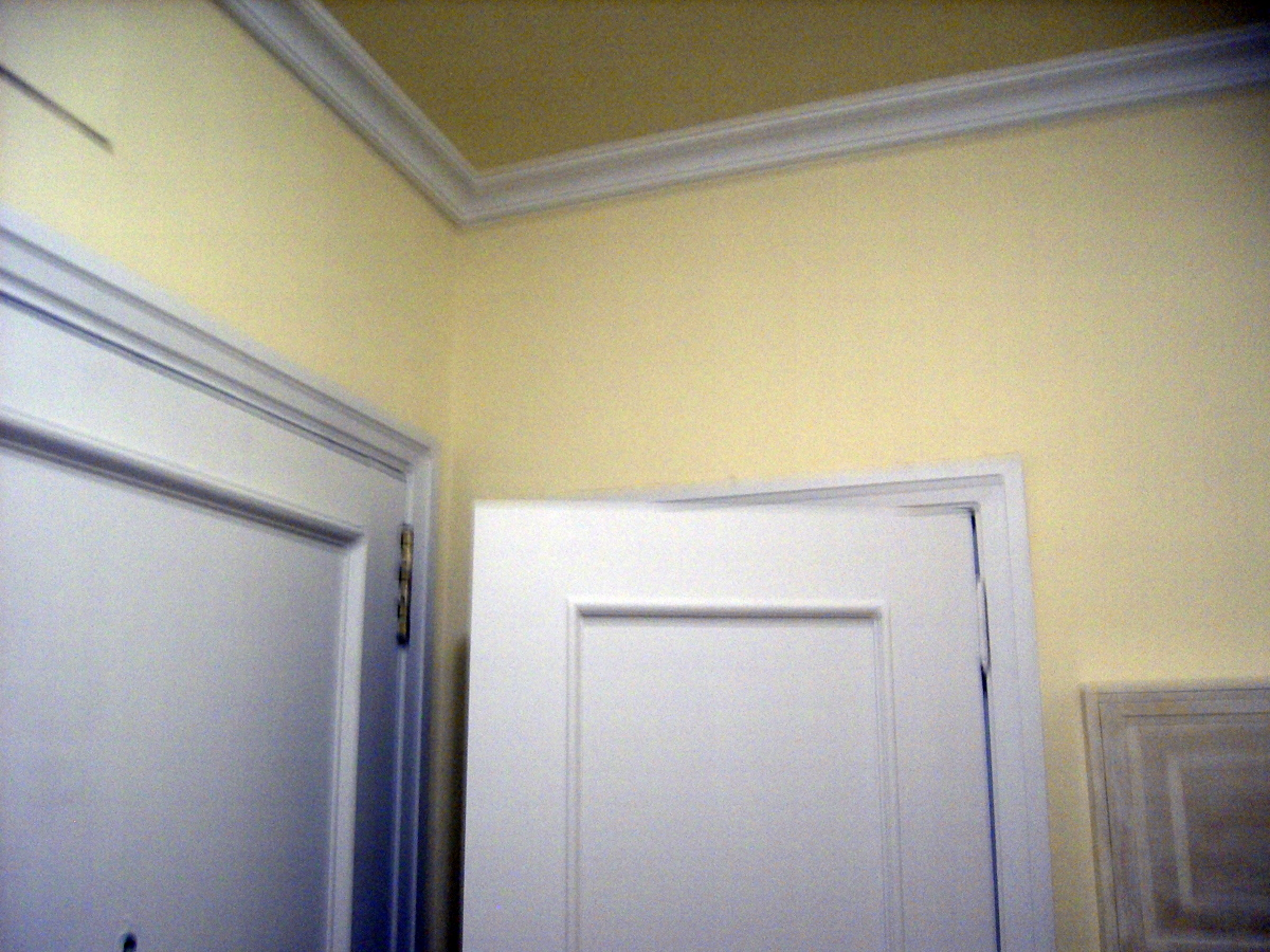 Foto lacar puertas pintar paredes en color y moldura en - Pintar puertas de blanco ...