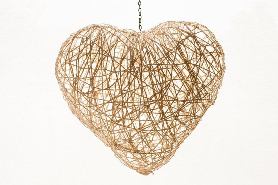 lmpara con forma de corazn e hilos