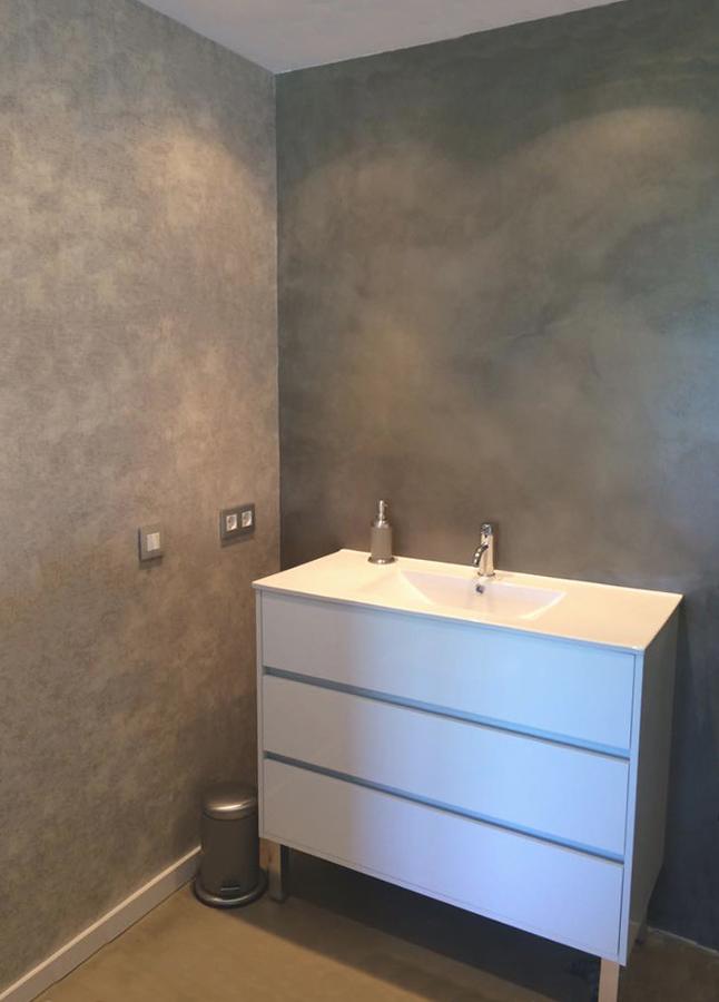 Las luces añaden relieve al cemento pulido