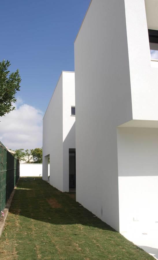 Lateral vivienda. Acceso patio