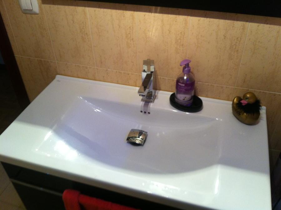 lavabo con grífería de diseño