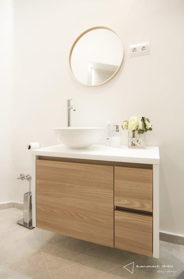 El nuevo baño de M y Lola por emmme studio:  Lavabo con mueble