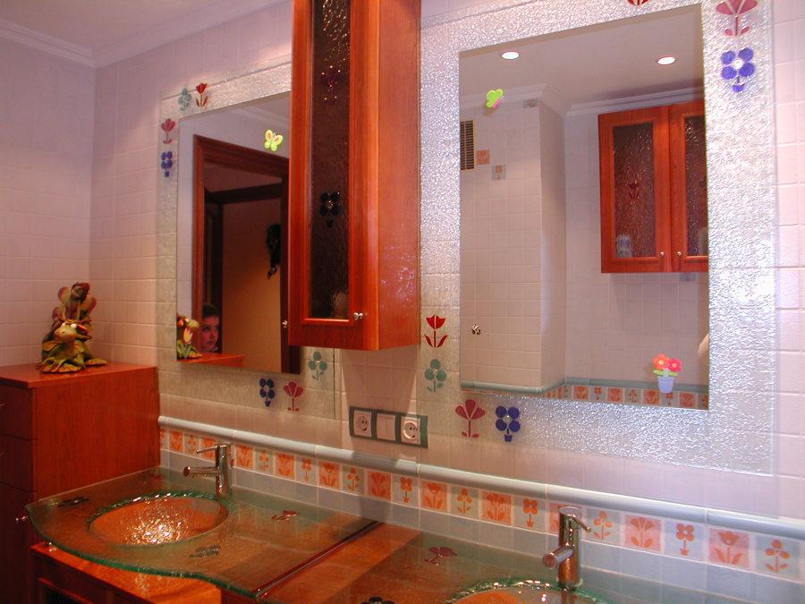 Foto lavabos y espejos hechos con motivo cenefa ba o de for Cenefa para banos