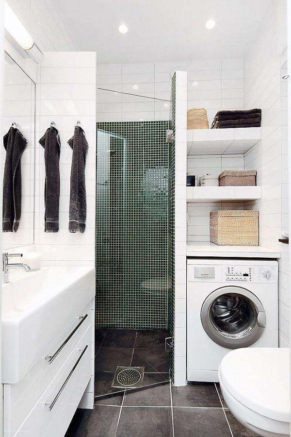 lavadora al lado de la ducha
