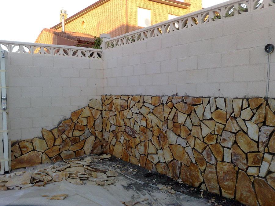 Levantado de muros y colocación de piedra