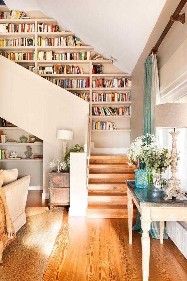 Librería a medida a lo largo de la escalera