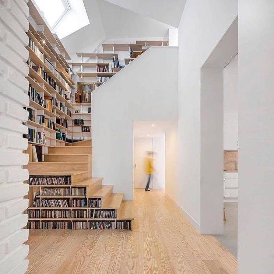 librería a medida en escalera