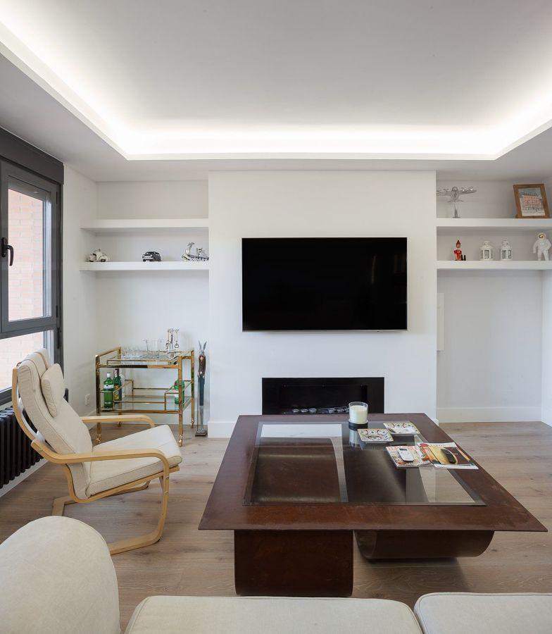 Libreria de pladur con tv y chimenea