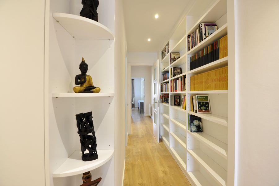 Librería en el pasillo