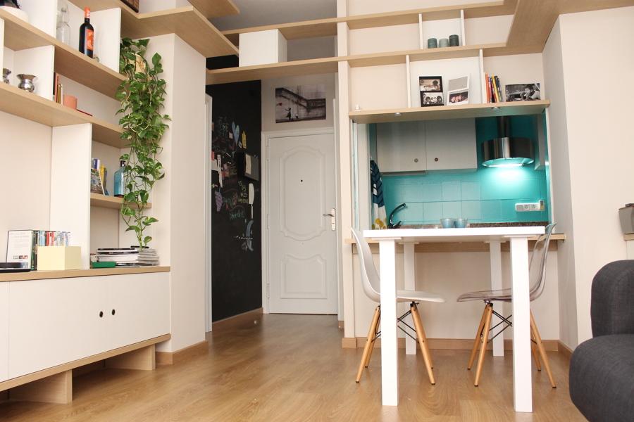 Librería que integra estudio y comedor.