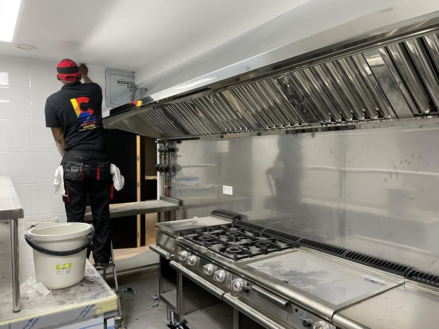 Limpieza de cocina de bar, fin de obra.
