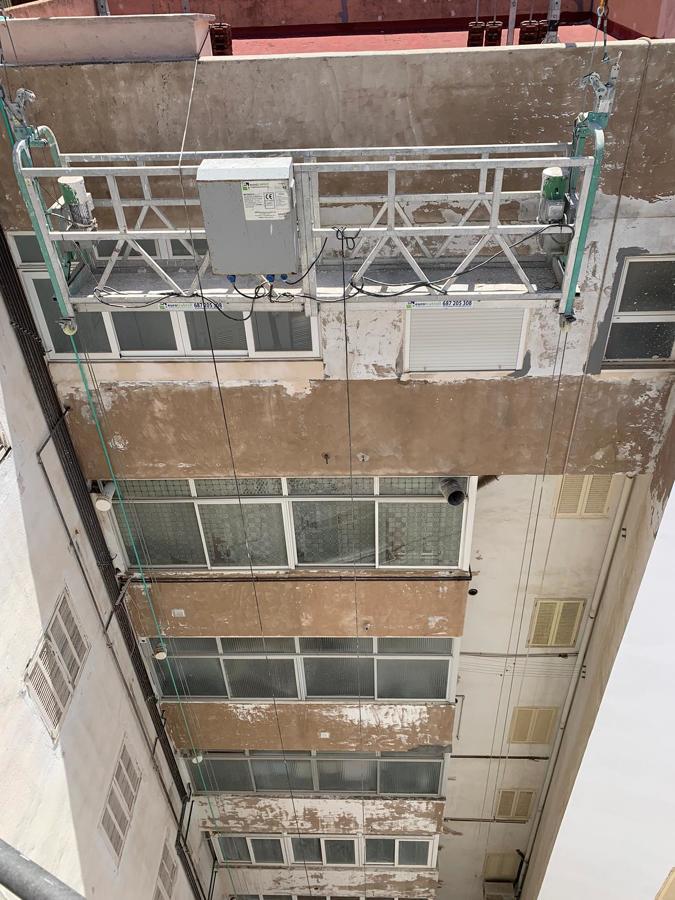 Limpieza de fachada mediante chorro de agua con alta presión.