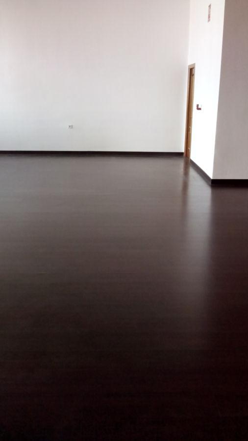 Foto limpieza de sala con suelo de madera de serlinco sl - Limpieza de madera barnizada ...