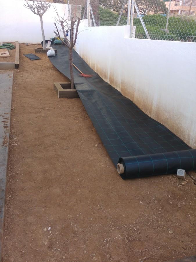 limpieza de terreno, colocacion malla antihierbas 130 gr.