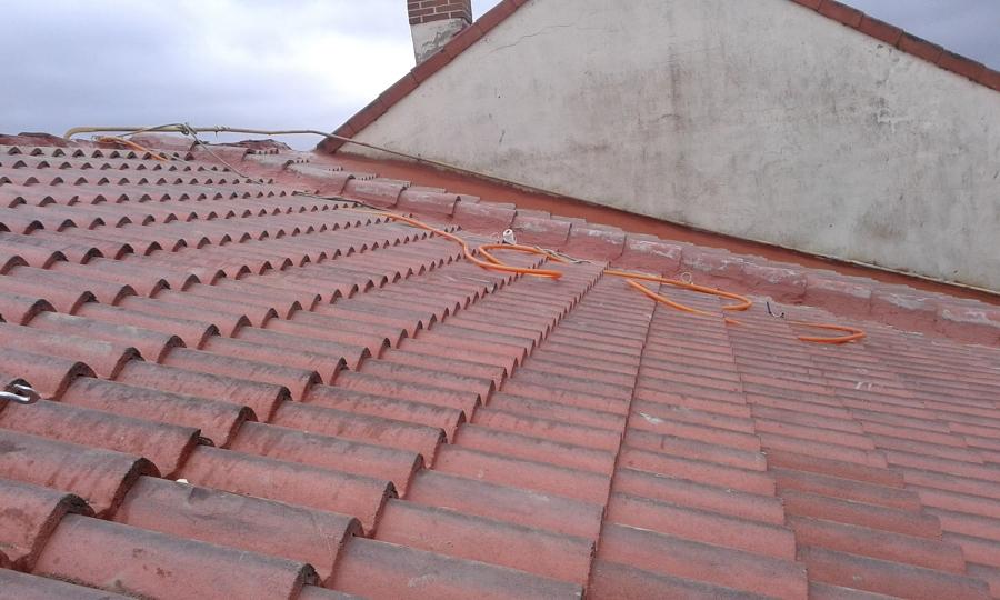 Foto limpieza del tejado de aliceres construcci n for Tejados madera ourense